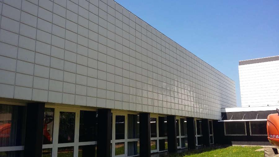 Mur på UCL Odense efter afrensning af alger