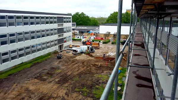 Rensning af facader fra stillads på UCL Odense